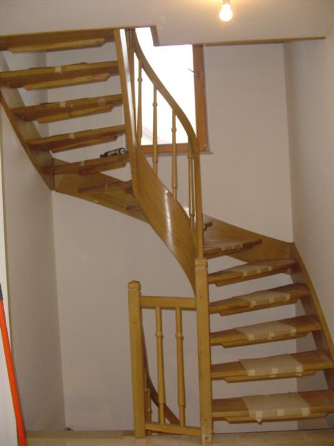 Stopnice z zavito ramenico
