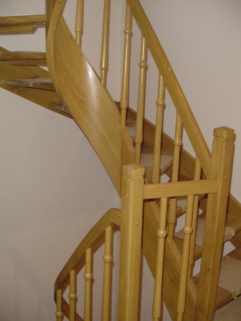 Lesene stopnice z leseno ograjo