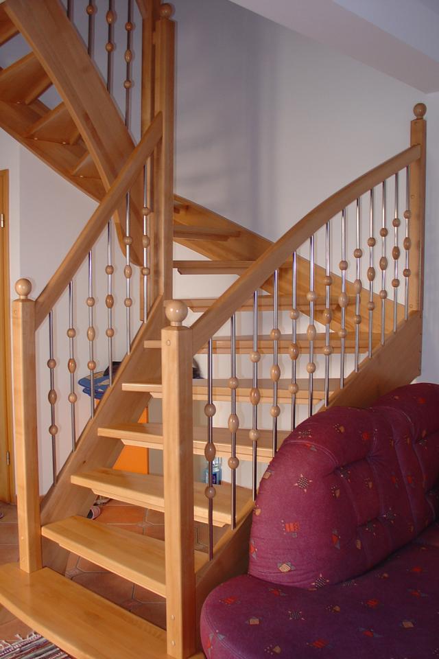 Lesene stopnice z inox ograjo z lesenimi dodatki