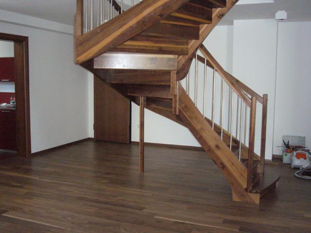 Lesene stopnice z aluminijastimi palicami