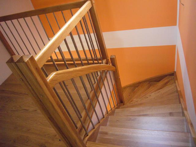 Lesene stopnice z kotno ograjo