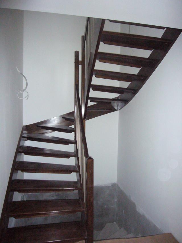 Barvane lesene stopnice