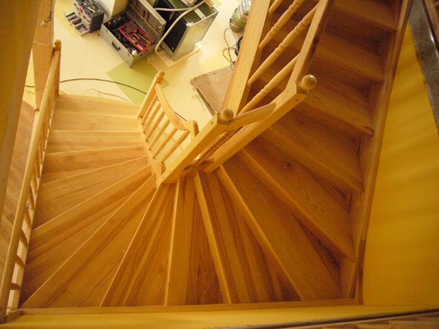 Lesene stopnice z leseno ograjo z bunkami
