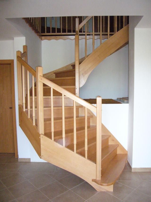 Štiri kotne lesene stopnice