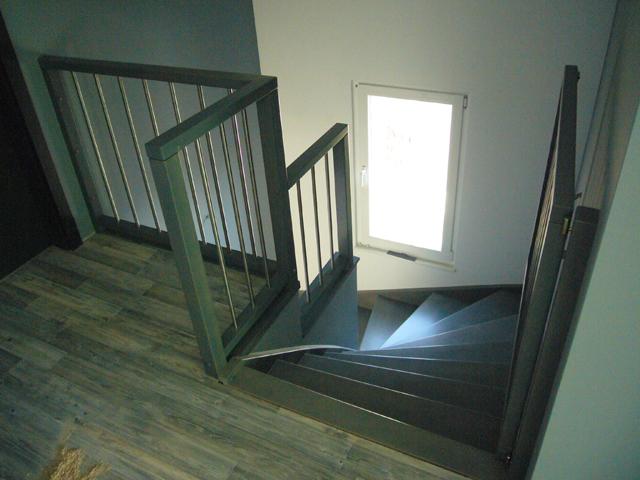 Lesene stopnice z otroškimi vratci