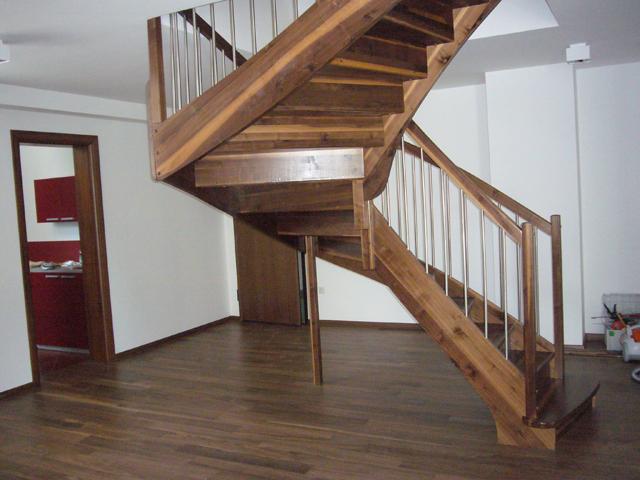 Lesene stopnice iz orehovega lesa
